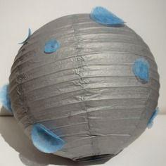 Suspension, boule chinoise, lampion en papier de soie gris argenté agrémenté de bulles bleues - 35 cm  by Little-Klo