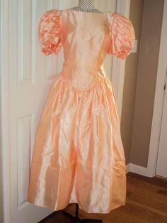 années 1980-90 Satin Womens pêche a chuté taille bal/demoiselle d'honneur/Special Occasion et formelle thé longueur robe taille 12-14 / robe en Satin abricot/corail