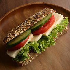 Kepekli Ciabata Ekmeğinde Beyaz Peynirli Sandviç Kepekli Ciabata ekmeği içerisinde beyaz peynir, domates, salatalık ve marul bulunmaktadır.