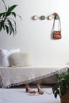 How to make DIY Wooden Wall Hooks using old furniture legs | Keenie / DIY