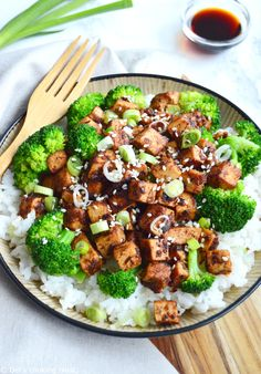 Asian stir-fry with tofu and broccoli (vegan, gluten-free). Simple and quick to prepare, this delicious broccoli and crispy tofu stir-fry with a sweet and savory Asian sauce spiced with ginger will appeal to all lovers of vegetarian cuisine. Tofu Recipes, Asian Recipes, Whole Food Recipes, Vegetarian Recipes, Healthy Recipes, Healthy Food, Tofu Broccoli Stir Fry, Asian Broccoli