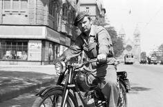 Váci út a Balzac utcánál, háttérben a Lehel tér, Árpád-házi Szent Margit-templom. Csepel 100 típusú motorkerékpár.