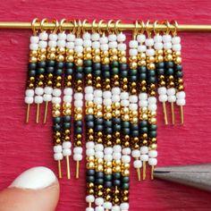 A very tiny wall hanging for a very tiny wall. A very tiny wall hanging for a very tiny wall. Seed Bead Tutorials, Jewelry Making Tutorials, Beading Tutorials, Seed Bead Projects, Beading Ideas, Bead Jewellery, Wire Jewelry, Jewelry Crafts, Handmade Jewelry