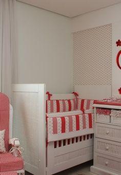 Quarto de bebê menina tema flores vermelhas