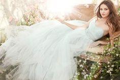 Si estás en la búsqueda de vestidos de novias NO tradicionales, desde Zankyou te dejamos una selección de modelos en los colores más populares en esta temporada.