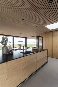 This reflect-kitchen is one of Uno Form's latest design and is designed by Søren Rose. The big windows allow the sea to be a part of the kitchen. Home Gym Design, House Design, Big Windows, Modern Cabinets, Modern Architecture, Architecture Wallpaper, Home Kitchens, Kitchen Design, Furniture