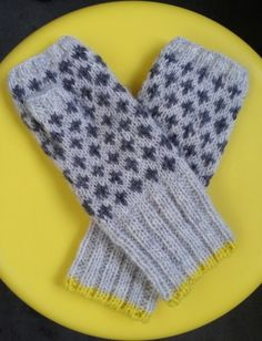 Always wanted new gloves Fingerless Mittens, Knit Mittens, Knitted Gloves, Wrist Warmers, Hand Warmers, Hand Knitting, Knitting Patterns, Knitting Ideas, Yarn Inspiration