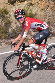 All scratched up #ToshvanderSande #LottoSoudal is still all smiles for the camera!!
