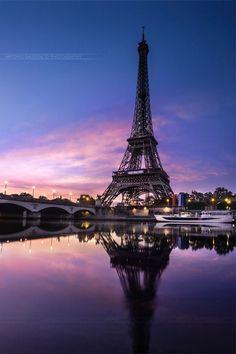 Pôr do sol sur la Tour Eiffel - Paris - France Paris Torre Eiffel, Paris Eiffel Tower, Eiffel Towers, Beautiful Paris, I Love Paris, Paris France, Paris Wallpaper, Paris Photography, Eiffel Tower Photography