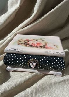 Decoupage and crackle box Shabby Chic Crafts, Vintage Shabby Chic, Decoupage Box, Jewellery Boxes, Jewelry Box, Pretty Box, Altered Boxes, Painted Boxes, Vintage Box