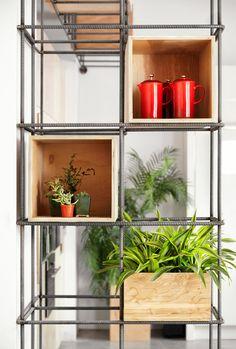 Un peu de fer à béton et quelques caisses de rangement en bois pour un meuble contemporain au design épuré.