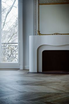 This fireplace 🔥 make this room feel so warm and sophisticated. not to mention the curves are on point ! Art Deco Fireplace, Brick Fireplace Makeover, Fireplace Mantle, Fireplace Surrounds, Fireplace Design, Architecture Details, Interior Architecture, Interior And Exterior, French Interior