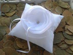 Descrição:  Porta aliança em tafetá com maravilhosa flor em tafetá e organza cristal, com delicado miolo em cristal.   Personalize nas cores que desejar.  As medidas  da almofada são  14 cm por 14cm (não acompanha alianças) R$ 93,00