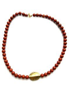 ESK 1006 - Diese Halskette aus Jaspisperlen 8mm, und 1 Metallperle goldfarben besticht durch ihre Schönheit und Eleganz. Sie passt zu jedem Stil und ist ein treuer Begleiter. Die Länge beträgt ca. 48cm. Der Verschluss ist ein Karabiner und goldfarben. Wir haben das Schmuckstück in Handarbeit hergestellt. Du bekommst ein Unikat. Die Bestellnummer ist ESK1006. Gold, Beaded Necklace, Jewelry, Design, Fashion, Semi Precious Beads, Handarbeit, Beaded Collar, Moda