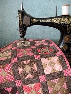 love the pink and browns on this #quilt and the vintage sewing machine Mini Quilts, Scrappy Quilts, Small Quilts, Colchas Country, Country Quilts, Antique Sewing Machines, Vintage Sewing Patterns, Antique Quilts, Vintage Quilts