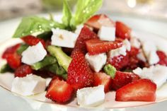 Spargelsalat mit Erdbeeren und Feta Recipe for asparagus salad with strawberries and feta cheese: A summery, lukewarm asparagus salad with Low Calorie Salad, Low Calorie Recipes, Healthy Recipes, Yummy Recipes, Asparagus Salad, Asparagus Recipe, High Protein Salads, Feta Salat, Barbacoa