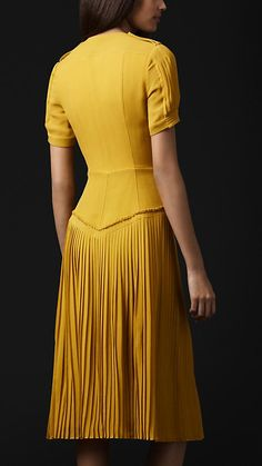 The back of the Burberry dress (in yellow) Linen Dresses, Day Dresses, Casual Dresses, Fashion Dresses, Burberry Dress, Professional Outfits, Classy Outfits, Fashion 2020, Designer Dresses