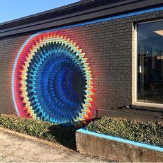 Cette épingle de RUSHWORLD crée un illusion d'optique très colorée ! www.propose-paris.com  __  #proposeparis #art #illusion #optique #arcenciel #mur #couleurs