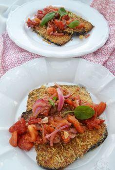 Auberinenschnitzel mit Parmesankruste und Tomatenragout