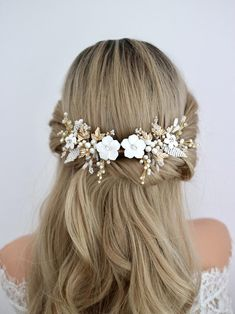 Hey you! A classic bride. You are looking for something classy, flowery with pearls and beads to be worn on top of your low bun or half updo, and you will style it with a very beautiful veil and your dream wedding dress. I handmade this white and gold flower hair comb for you. Its from the idea of Wedding Hairstyles With Veil, Hair Comb Wedding, Wedding Hair Pieces, Bride Hairstyles, Wedding Dress, Bridal Hair Half Up Half Down, Half Updo, Flowers In Hair, White Flowers