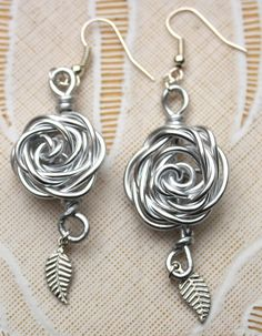 wire ring earring oorbel jewelery like the rose/leaf idea Wire Wrapped Earrings, Beaded Earrings, Earrings Handmade, Beaded Jewelry, Rose Earrings, Jewelry Crafts, Jewelry Art, Jewelry Design, Jewlery