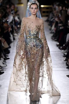 Elie Saab Spring 2019 Couture Fashion Show Collection: See the complete Elie Saab Spring 2019 Couture collection. Look 6 Runway Fashion, Fashion Models, Fashion Show, Fashion Design, Fashion Spring, Trendy Fashion, Fashion Trends, Elie Saab Couture, Vestidos Fashion