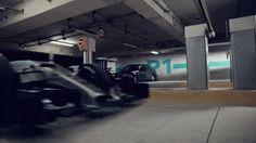 Lewis Hamilton y Nico Rosberg, a bordo de un F1 W06 y un Clase C.