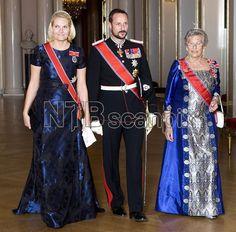 OSLO 20081014: Kronprinsesse Mette-Marit i blå brokadekjole, kronprins Haakon og prinsesse Astrid, fru Ferner, på vei til banketten på Slottet i anledning statsbesøket til Irlands president. Foto: Cornelius Poppe / SCANPIX POO
