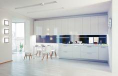 Große weiße moderne Küche mit Essen im Bereich
