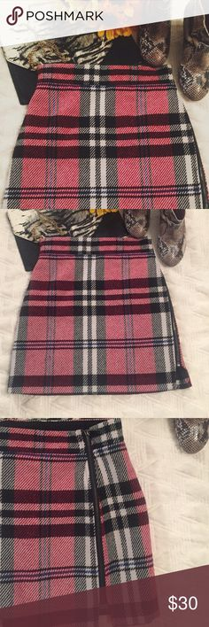 Topshop size 2 skirt Adorable and trendy size plaid wool blend fall skirt with zipper all the way up the side. Topshop Skirts Mini