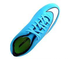 Chuteira Nike Mercurial Victory 5 Azul Bebê - Cabedal confeccionado em material sintético. Conta com fechamento em cadarços e etiqueta interna. Traz o logotipo da marca nas laterais e no solado. Oferece forro em material sintético com reforço...