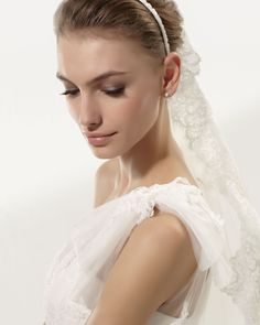 Aire Barcelona - Vintage 2014 Collection - Style #109 YAN - Shown with Lace Veil #V09 (close up)
