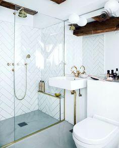 """Polubienia: 387, komentarze: 12 – S T I L T J E (@stiltje.se) na Instagramie: """"Bathroom in ciment brass and white tiles in fishbone pattern. Love the drain…"""""""