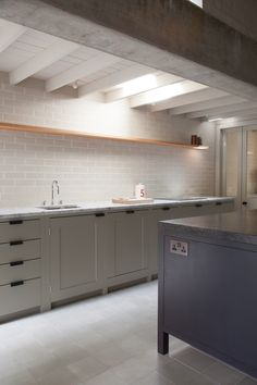 Long House cupboards painted in Farrow & Ball 'Hardwick White' and topped with a honed Carrara marble worktop. Chris Kitchen, Kitchen Redo, Kitchen Tiles, New Kitchen, Kitchen Dining, Bespoke Kitchens, Grey Kitchens, Home Kitchens, Plain English Kitchen