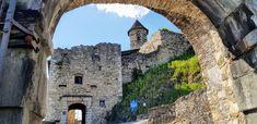 Die Familie der Khevenhüller baute Landskron zu einem repräsentativen Renaissanceschloss aus, bevor Besitzstreitigkeiten und Brände nur noch eine Ruine übrig ließen.  Heute ist sie eines der beliebtesten Ausflugsziele des Landes und lockt mit herrlicher Aussichtsterrasse und Feinschmeckerlokal sowie einer atemberaubenden Greifvogelschau zahlreiche begeisterte Besucher und Urlauber an. Klagenfurt, Montana, Mansions, House Styles, Europe, Horned Owl, Villach, Wilderness, Ruins