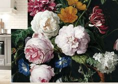 Bloemen behang Golden Age Flowers 2 zijn grote kleurrijke bloemen van oude meesters uit de gouden eeuw.