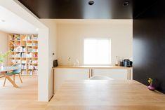 左奥のライブラリースペースで過ごしても良し、ダイニングでのんびりとしても良し。#U様邸菊名 #ダイニング #ライブラリー #読書 #作業場所 #インテリア #EcoDeco #エコデコ #リノベーション #renovation #東京 #福岡 #福岡リノベーション #福岡設計事務所 Divider, Interior, Room, Furniture, Home Decor, Bedroom, Decoration Home, Indoor, Room Decor