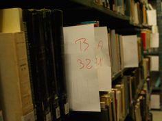 Libros del depósito de la Biblioteca General preparados para la mudanza.