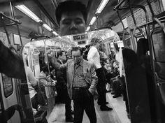 """Jeu de reflets dans le métro de Séoul, en Corée du Sud. Le photographe raconte : """"Je me souviens m'être dit, est-ce que [cet homme âgé] pourrait être moi ? Est-ce un aperçu de mon futur ?"""""""