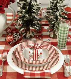 A table setting perfect for Christmas morning. Love the idea of a gift on Christmas morning. Christmas Dishes, Noel Christmas, Christmas Morning, Country Christmas, All Things Christmas, Christmas Crafts, Nordic Christmas, Christmas Tabletop, Christmas China