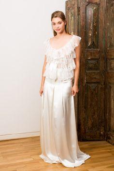 Cyrielle - Collection Esprit Couture 2015 de Gwanni - Top à volants en dentelle de Calais Jaimemarobe.com * Votre robe de mariée est précieuse. Pour qu'elle reste aussi belle que dans vos souvenirs, préservez-la dans nos coffrets d'exception inspirés des techniques muséales.