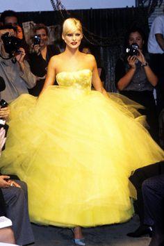 John Galliano Spring 1995 Ready-to-Wear Fashion Show - Linda Evangelista 90s Fashion, Runway Fashion, High Fashion, Fashion Show, Autumn Fashion, Fashion Dresses, Vintage Fashion, Fashion Design, Vintage Dior
