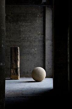 dark moody, wabi sabi contrast in smaller spaces e. Wabi Sabi, Interior Architecture, Interior And Exterior, Interior Design, Futuristic Architecture, Interior Inspiration, Design Inspiration, Daily Inspiration, Design Oriental