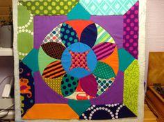 Anne Henriksen fra http://annestof.blogspot.dk/ har syet denne flotte blok fra Jen Kingwell's The Circle Game. Anne giver kursus i The Circle Game blokkene og amerikansk syning i butikken 12/3 & 2/4 2014