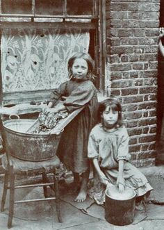 Two girls washing clothes in the street. Spitalfields nippers: rare photographs of London street kids in 1901 – in pictures Vintage Pictures, Old Pictures, Vintage Images, Old Photos, London History, British History, Fotografia Social, Foto Transfer, Victorian London