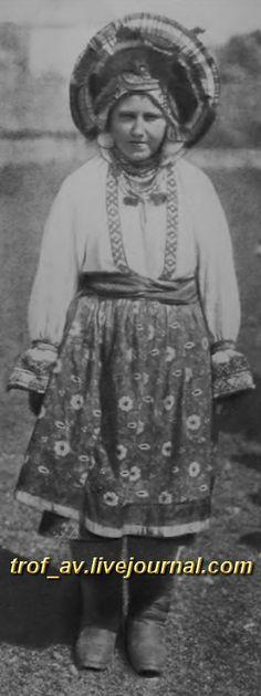 oI< Молодая женщина в праздничном костюме Орловской губернии, начало 20 века
