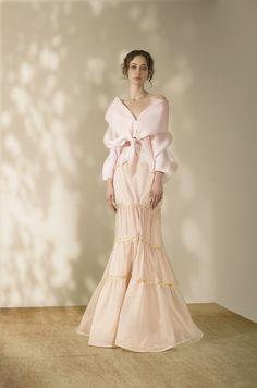 Andrés Otálora Resort 2019 - Discover the Collection Here! Fabulous Dresses, Elegant Dresses, Colored Highlights, Fashion Beauty, Womens Fashion, Petra, Bridal Style, Designer Dresses, Evening Dresses