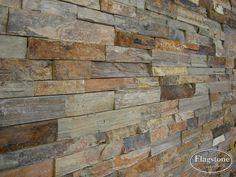 Wand met Natuursteenstrips Rustieke Lei. Detailfoto