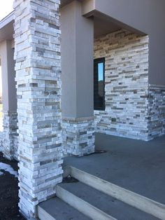 Pro-Fit® Terrain™ Ledgestone blends fine Cultured Stone® textures and relief patterns to blaze a bold new path and push the contemporary design movement forward. Stucco And Stone Exterior, House Paint Exterior, Exterior House Colors, Modern Exterior, Exterior Design, Stucco Colors, Beautiful House Plans, Home Building Design, House Front Design