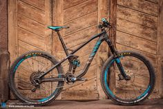 06.2014: The new Strive CF 9.0 Race CFET with 160 mm of travel and 27.5″ wheels. The deliberately placed color accents in the team's colors radiates a fast look distracting from the very small details that reveal the bikes very special features.